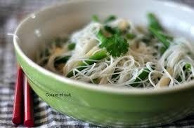cuisiner vermicelle de riz vermicelles de riz aux calamars et aux haricots verts coupe et cuit