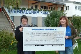 Die Wildwasser- Mitarbeiterin Anja Hössel (im Bild links), die den Spendenscheck dankbar entgegen nahm, teilte der Jugendwartin des WKV Sabrina Rusche ... - 2011-Spende-Wildwasser-k