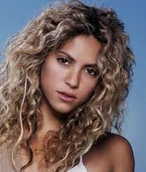 what color is shakira s hair 2015 shakira curly hair hair and beauty pinterest curly 3a