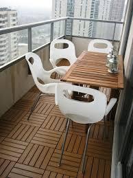holzdielen balkon holzfliesen verlegen holzboden auf dem balkon