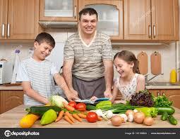 Plats Cuisin S Livr S Domicile Père Et Ses Deux Enfants Lecture De Cuisson Livre Et Choix Des