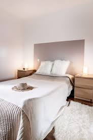 mur de chambre en bois peint des bois neiges mur chambre deco et blanche lit gris la noir