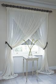 rideau de fenetre de chambre ici une façon d accrocher et présenter les rideaux