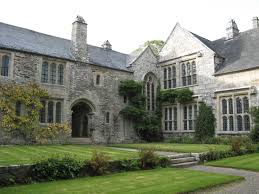 file cotehele house from courtyard jpg wikimedia commons