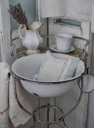 decoration bureau style anglais i am totally in with this sink and the all white chippy look