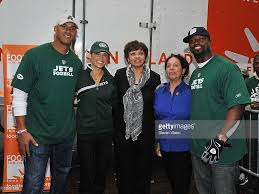 photos of thanksgiving dinner bart scott and jason taylor deliver thanksgiving dinner to the