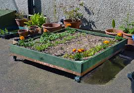 Planters On Wheels by 15 Simple Ways To Build A Pallet Planter