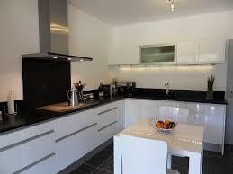 cuisine blanche plan de travail noir awesome cuisine noir plan de travail bois blanc images design