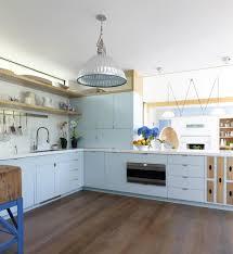 cuisine bleu ciel résidence secondaire moderne au design convivial dans les htons