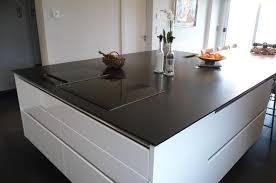 granit pour cuisine plan de travail de cuisine en granit noir en îlot central