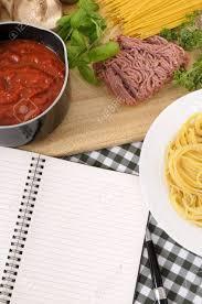 livre de cuisine vierge faire spaghettis bolognaise avec des ingrédients italiens et vierge