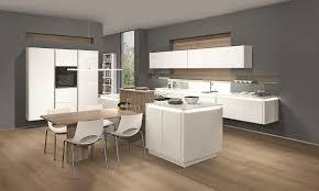 küche mit esstisch weiße hochglanzküche mit ansatzesstisch aus holz