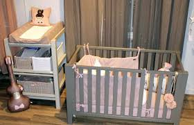 amenager un coin bebe dans la chambre des parents lit bebe chambre parents chambre grise avec berceau blanc