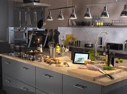 idee deco cuisine grise une cuisine grise en inox on aime le look industriel de cette