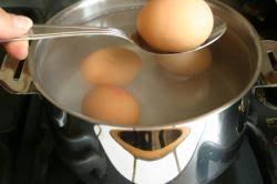 comment cuisiner les oeufs comment faire cuire un oeuf dur sur la recette de cuisine com