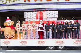 flash the rockettes and santa announce 2 000