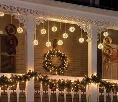 lichterkette fã r balkon leuchtgirlande an der weihnachtlich geschmückten haustür