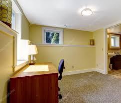 bureau vide chambre bureau vide avec une étagère et bureau photographie