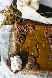 thanksgiving chocolate pumpkin pie bars with chocolate chip gingerbread crust and