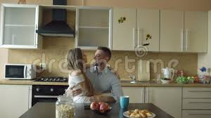 baise cuisine début de la matinée de embrassement et de baiser de jeunes couples