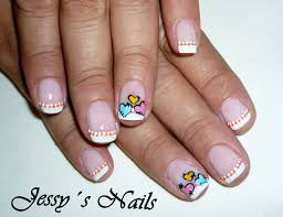uñas decoradas con corazones y puntos uñas con lunares o puntos