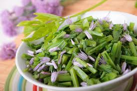cuisine blanchir salade de blanchir fleurs goutweed et de ciboulette image stock