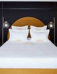 t駘騅ision pour chambre l atmosphère de la chambre jaune idées déco meubles et intérieurs