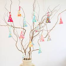 make your own felt christmas tree decorations by crafty alchemy