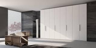 armadi di design armadio a muro di design idee e soluzioni hellohome it