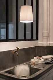 la cuisine limoges apres le repas la vaisselle sous la suspension cannage en porcelaine