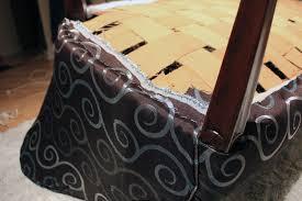 comment refaire un canap en tissu etape 5 tendre et agrafer le tissu refaire canapé