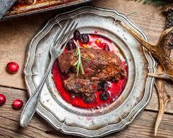 cuisiner la biche recette rôti de biche aux airelles et chignons sauvages