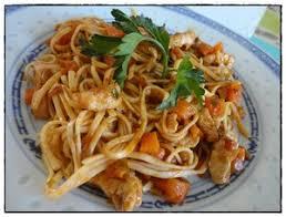 cuisiner des pates chinoises nouilles chinoises sautées au poulet et petits légumes recette