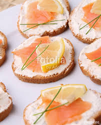 canapés saumon fumé canapés toast fromage frais saumon fumé photo libre de droits