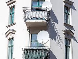 satellitensch ssel f r balkon satellitenschüssel so klappt s mit dem empfang in der mietwohnung