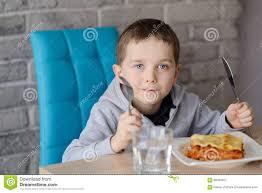 Esszimmer Essen 7 Jahre Alte Junge Die Lasagne In Esszimmer Essen Stockfoto
