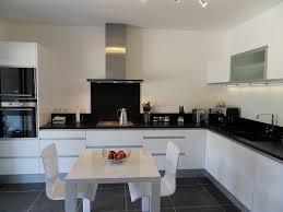 cuisine blanche avec plan de travail noir plan de travail cuisine blanc plan de travail blanc meuble salle