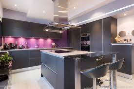cuisine architecte cuisine ouverte mélangeant le noir et la couleur sk concept