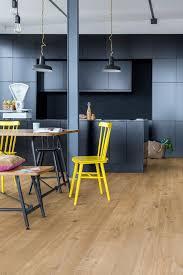 parquet dans une cuisine sol cuisine quel revêtement choisir côté maison