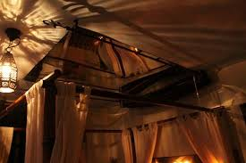 chambre d hote plan de cuques miroir au dessus du lit avec rideau amovible chambre namasté photo