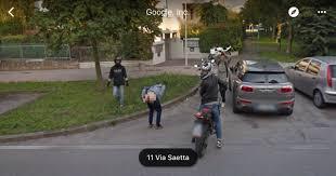 sedere di uomo passa l auto di e un ragazzo mostra il sedere