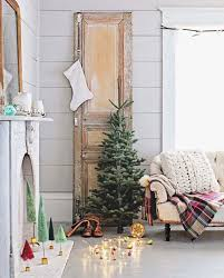 Homes Decorated For Christmas by 40 Cozy And Cheerful Homes Decorated For A Snowy Christmas