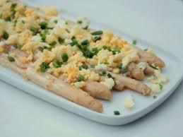 cuisiner asperges fraiches asperges blanches à la crème oeuf dur ciboulette recette ptitchef