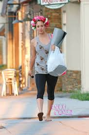 why kaley cucoo cut her hair you ve gotta see how kaley cuoco s styling her pixie now wow