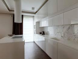 credence cuisine blanche crédence marbre dans la cuisine conseils et idées inspirantes