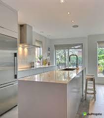 cuisine blanche avec ilot central cuisine avec un décor contemporain cuisine blanche avec îlot