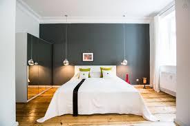 chambre avec chambre avec un mur gris et un parquet massif