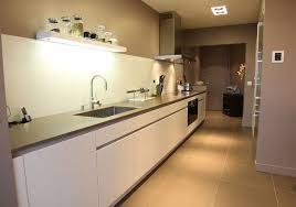 cuisine en couloir une cuisine couloir très design architectes couloir et lineaires