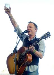 le kiefer hearing aid center kiefer sutherland performs at country music festival daily mail online