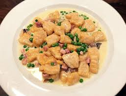 cuisiner des gnocchis recette de gnocchi à la patate douce avec sauce crémeuse et petits pois